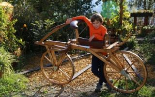 Seit kurzem ergänzt ein maßstabgetreuer Nachbau des ersten Holzlaufrades die Ausstellungs-Kollektion
